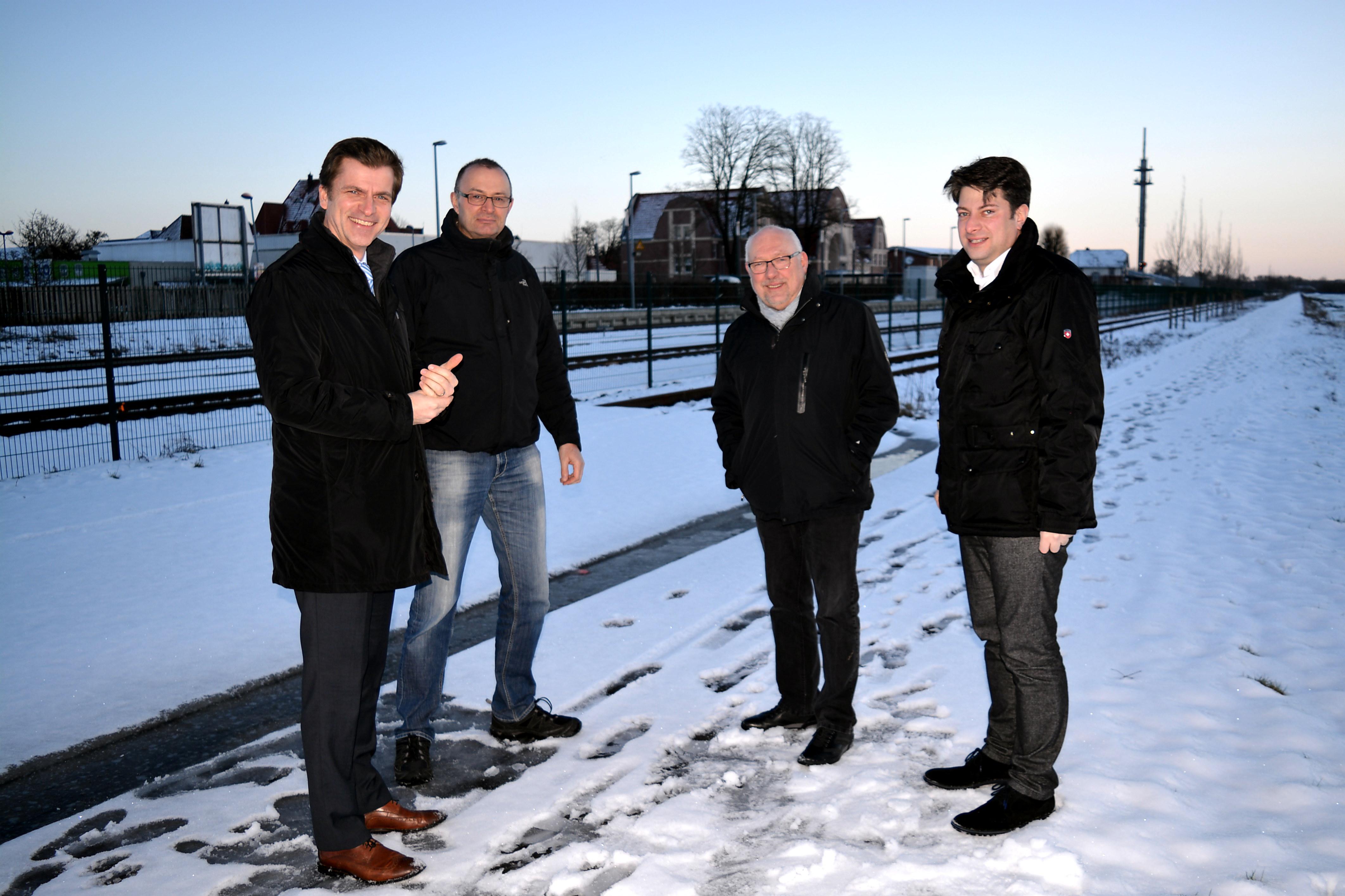 2017: Kalter Vor-Ort-Termin zur Verbesserung der Bahnquerung für Fußgänger und Radfahrer in Quakenbrück.