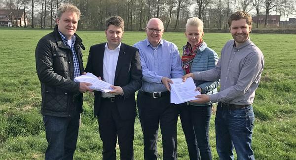 2017: Übergabe einer Unterschriftenliste zur Novelle des Nds. Wassergesetz durch den Landvolkverband Vechta in Damme.