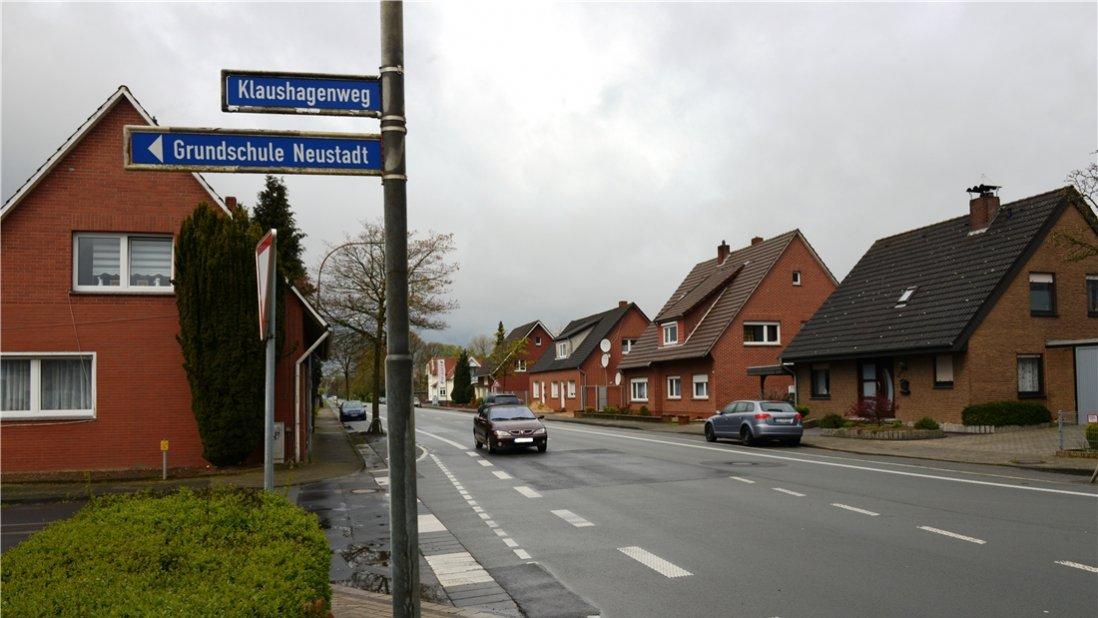 In Höhe des Klaushagenwegs in Quakenbrück soll auf der Menslager Straße (Landesstraße 60) ein Zebrastreifen oder eine Bedarfsampel installiert werden. Das fordert die CDU-Fraktion im Stadtrat. Foto: Christian Geers