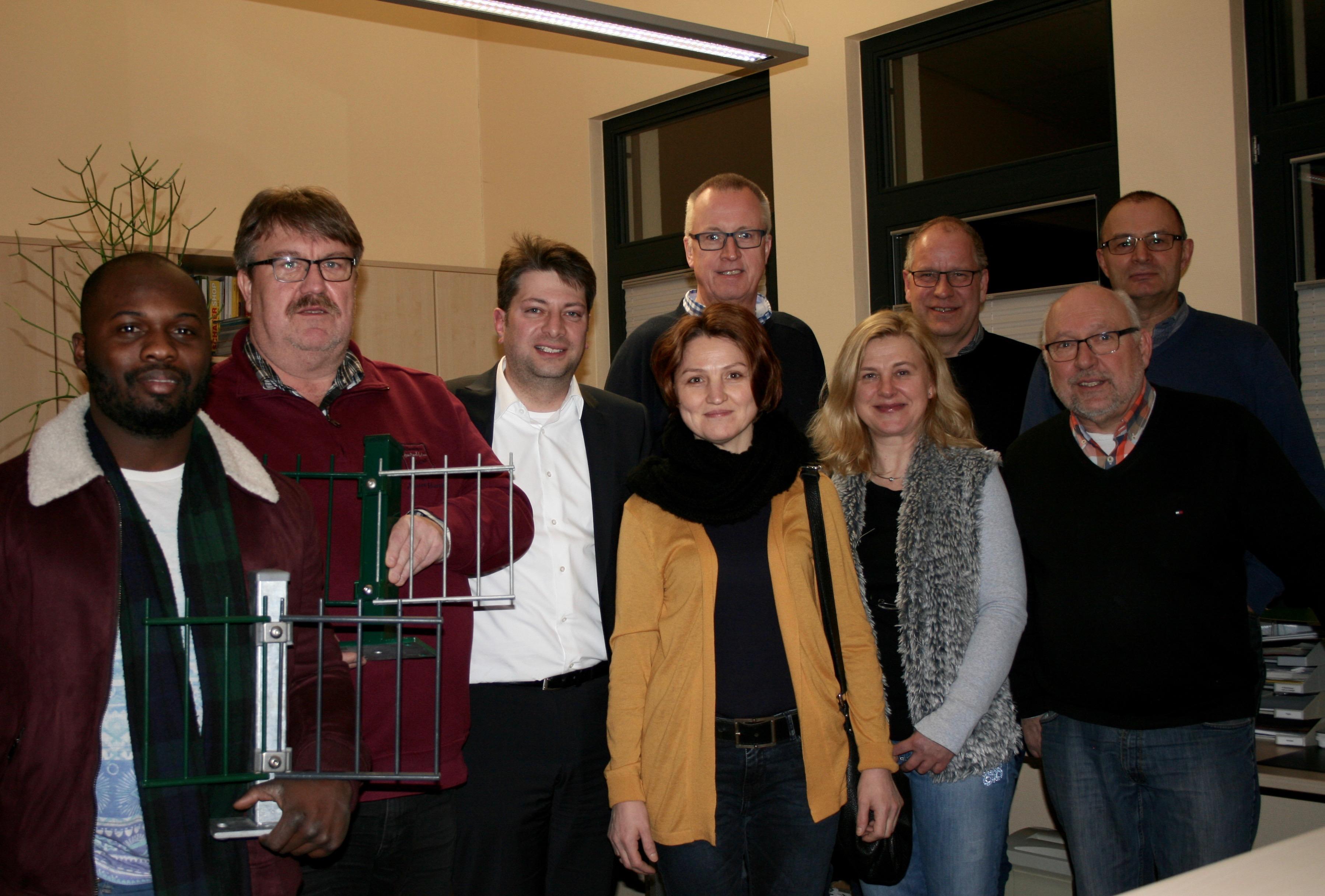 Das Bild zeigt die Vertreter der CDU-Ratsfraktion mit Bürgermeister Matthias Brüggemann (rechts) mit den Inhaberehepaar Christiane und Dirk Meister (4. und 3. von rechts).