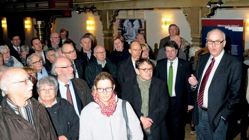 """Durch die Wanderausstellung """"Miteinander leben? Reformation und Konfession im Osnabrücker Land 1500 bis 1700"""" in der St.-Georg-Kirche in Badbergen führte Ulrich Winzer (rechts) vom Landschaftsverband Osnabrücker Land.."""