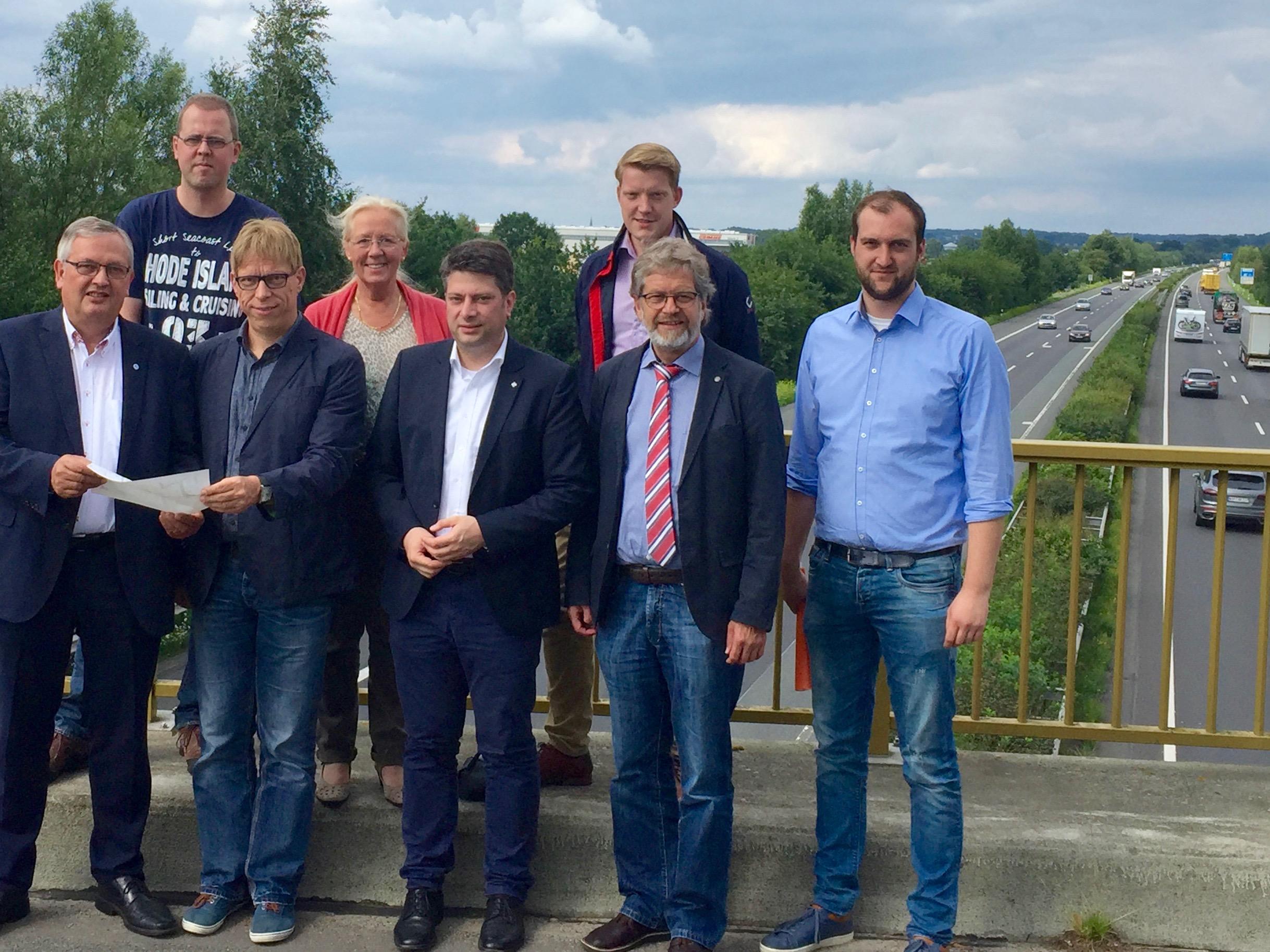 Vor-Ort-Termin am Ort der neuen Aus- und Auffahrt südlich von Rieste und Vörden auf die BAB 1: Mitglieder der CDU-Landtagsfraktion mit Vertretern aus der Gemeinde Rieste.