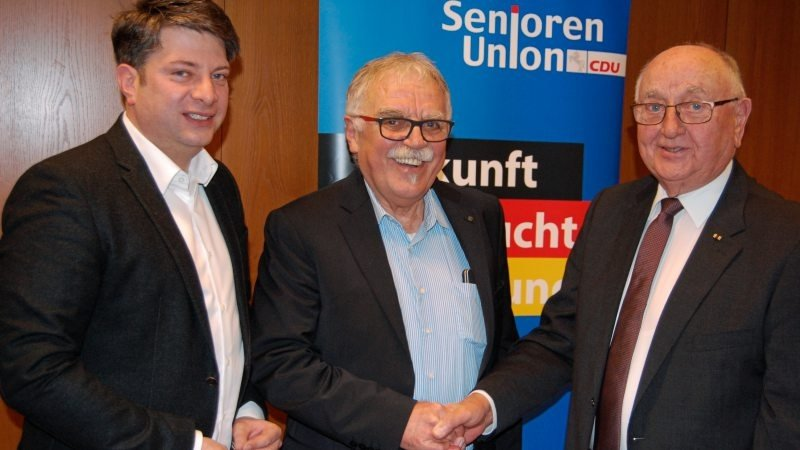 Stabwechsel bei der Senioren Union Artland: Wolfgang Becker wird Nachfolger von Hubert Greten (rechts). Der CDU-Kreisvorsitzende Christian Calderone war der erste Gratulant.