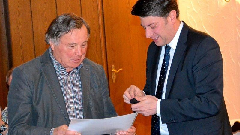 Christian Calderone (rechts) gratulierte Alois Behre zu seiner 50-jährigen Mitgliedschaft in der CDU.