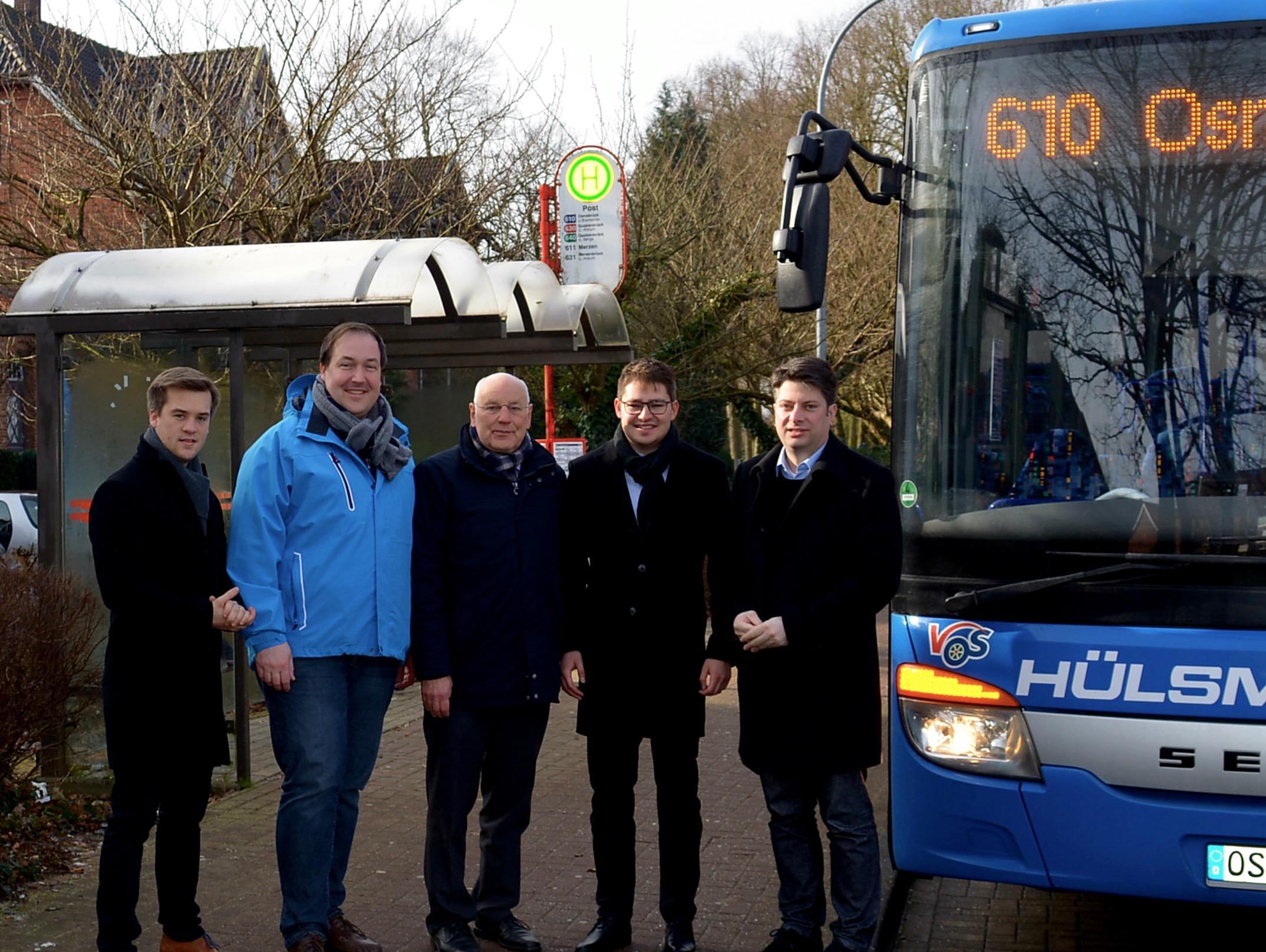 Freuen sich über die neue Buslinie ab und nach Fürstenau: Fraktionsvorsitzender Johannes Selker, Kreistagsabgeordneter Jörg Brüwer, Bürgermeister Herbert Gans, Kreistagsabgeordneter Frederik Gohmann und MdL Christian Calderone (von links).
