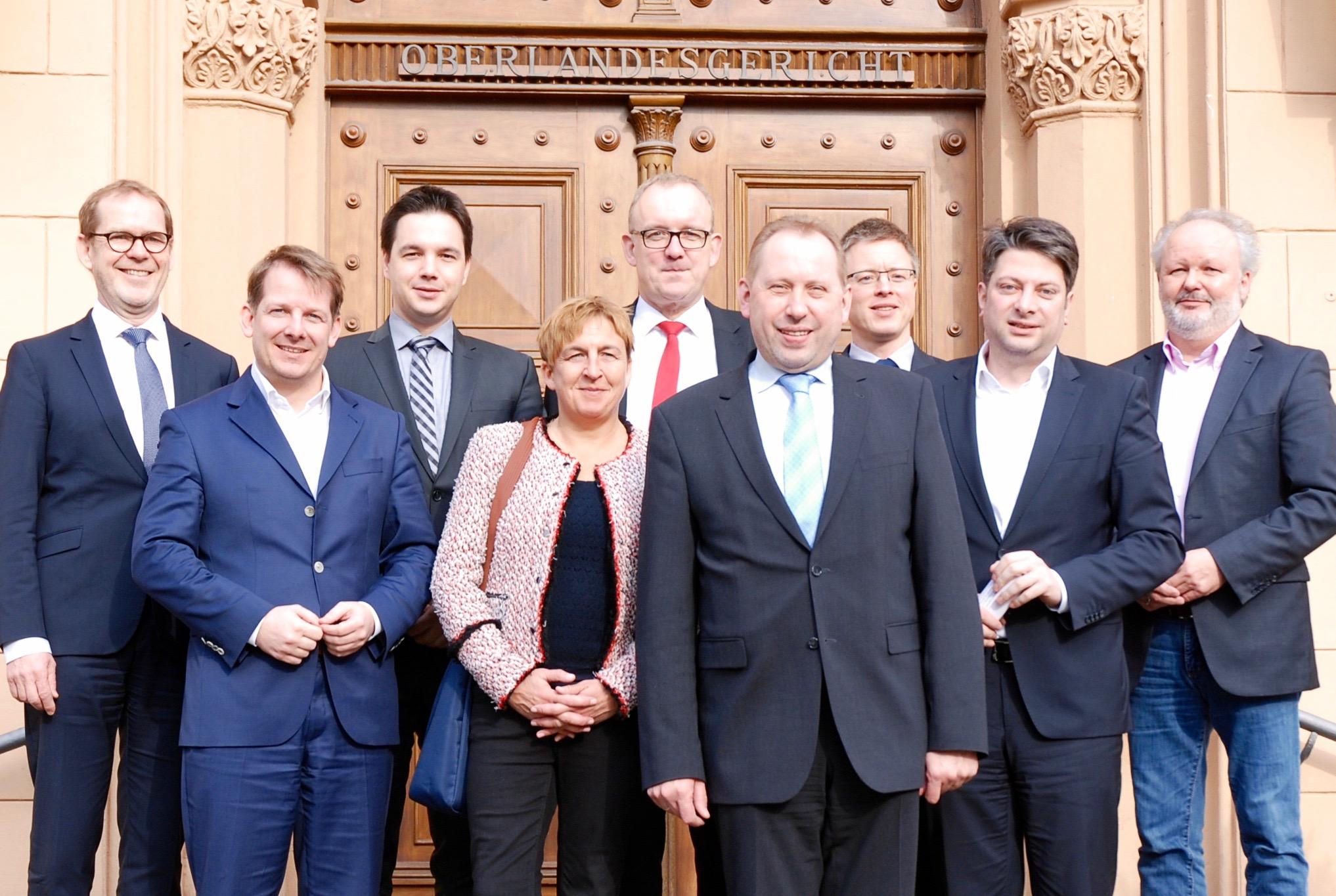 Von links: Vizepräsident Dr. Andreas Scholz mit den Mitgliedern des Niedersächsischen Landtages Thiemo Röhler, Marcel Scharrelmann, Dr. Ester Niewerth-Baumann, Volker Meyer, Thomas Adasch und Christian Calderone (zweiter von rechts), sowie Vertretern des OLG und der Generalstaatsanwaltschaft in Celle.