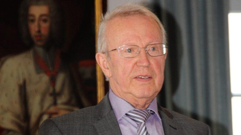 Günter Schuhriemen, Intendant der Quakenbrücker Musiktage, erhält den achten Ehrenring der Stadt Quakenbrück.