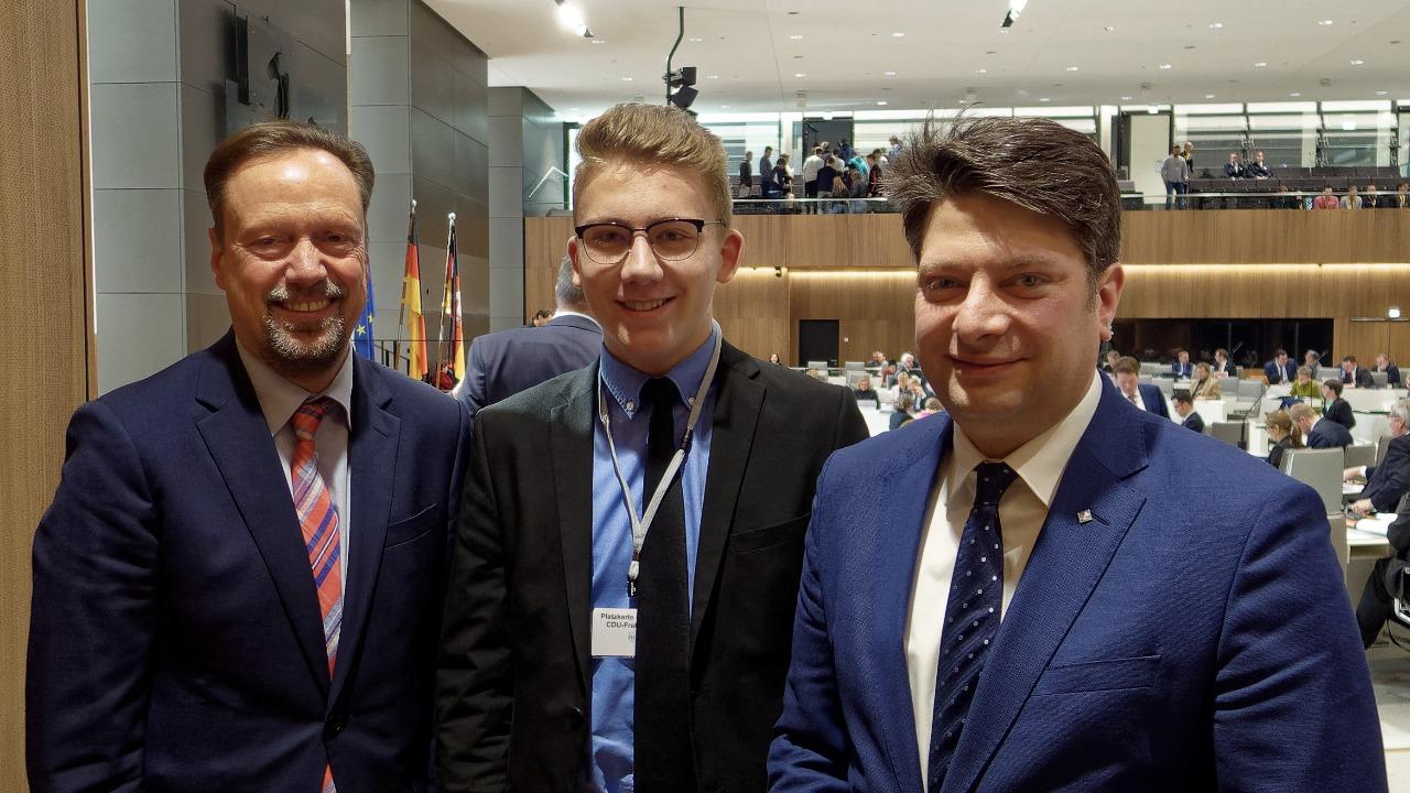 Besuch einer Plenarsitzung in Hannover: Hospitant Hendrik Stottmann (Mitte) besuchte auf Einladung des Landtagsabgeordneten Christian Calderone (rechts) auch den Niedersächsischen Landtag - und traf dort auf den CDU-Fraktionsvorsitzenden Dirk Töpfer.