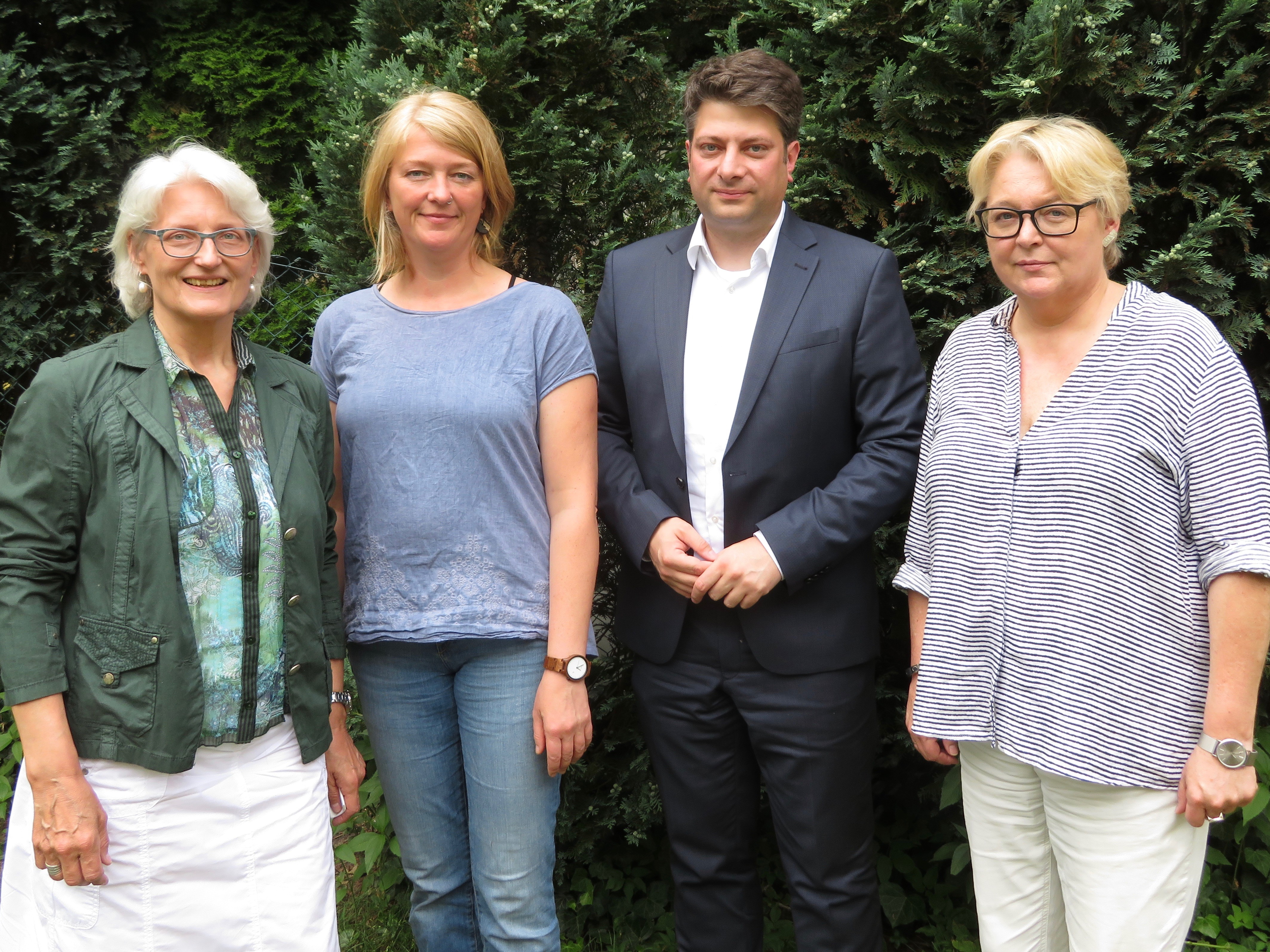 Gespräch über die Situation der Frauen im Thiener Feld: Landtagsabgeordneter Christian Calderone (CDU), der sich gegen den Straßenstrich zwischen Alfhausen und Bramsche wendet, berät mit den Fachberaterinnen von SOLWODI-Osnabrück über mittel- und langfristige Maßnahmen.