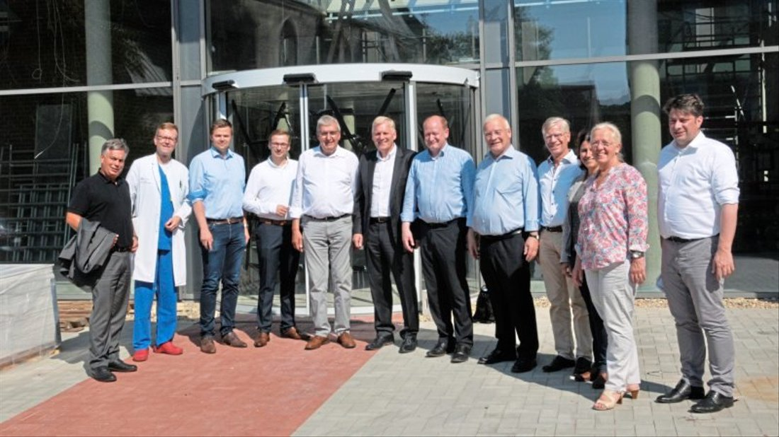 Die CDU-Landtagsabgeordneten um den Harener Bernd-Carsten Hiebing (5. von links) sahen sich auch die Baustelle am Hauteingang des Ludmillenstiftes an.