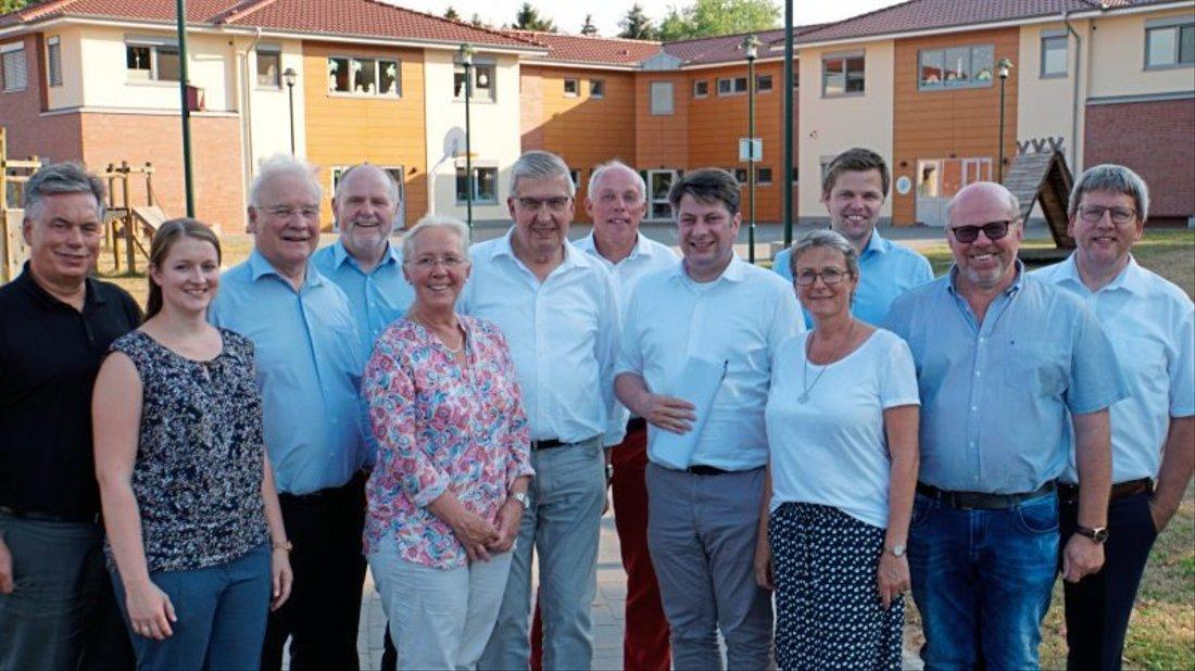 Gruppenbild vor der Pater-Petto-Schule: Die Landtagsabgeordneten der CDU wollen sich der Problematik der fehlenden Lehrer annehmen.