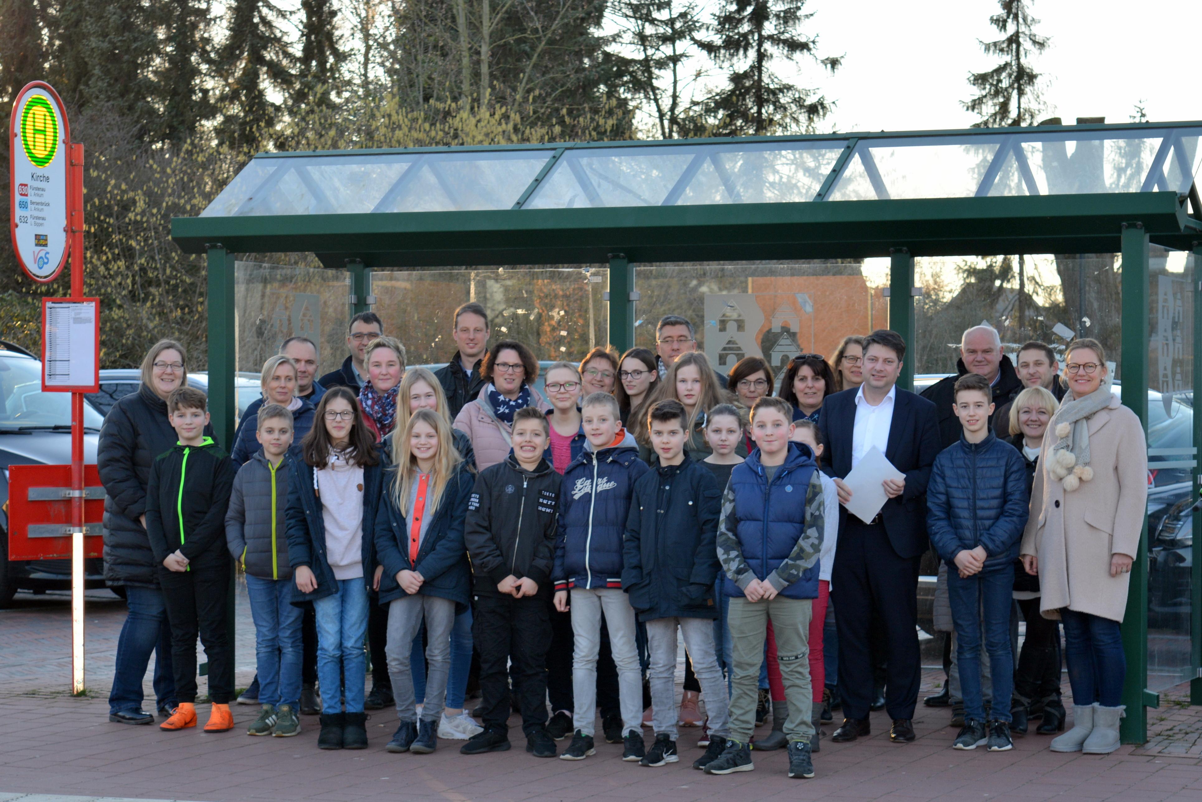 Unterschriftenübergabe an Christian Calderone: Eltern fordern Gleichbehandlung mit den Stadtrandgemeinden Osnabrücks.