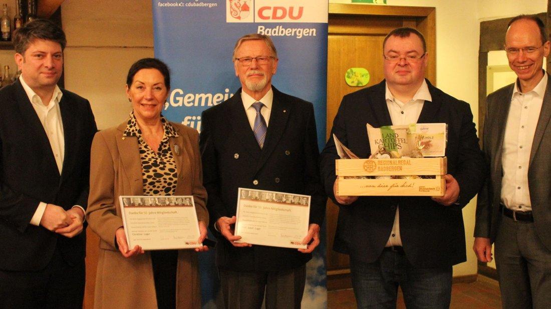 Ein halbes Jahrhundert sind Christine und Adolf Luger Mitglied in der CDU. Badbergens CDU-Chef Jan-Christoph Söhnel (Zweiter von rechts), Christian Calderone (links) und Michael Lübbersmann (rechts) gratulierten.