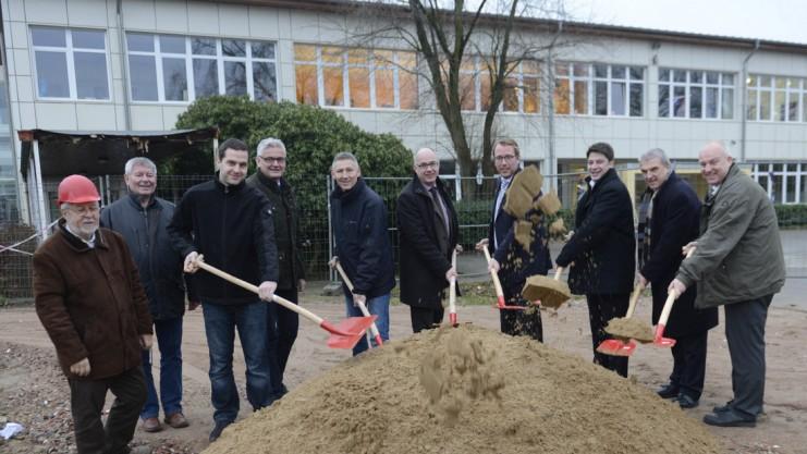 Spatenstich mit Schaufeln: In einem Jahr soll an dieser Stelle die nagelneue Aula des Artland-Gymnasiums Quakenbrück (AGQ) stehen. Foto: Landkreis