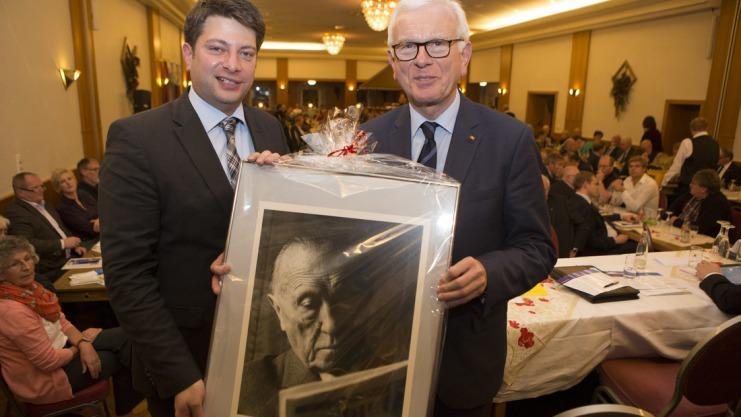 Christian Calderone dankte Hans-Gert Pöttering mit einem Porträt Konrad Adenauers für seine 35-jährige Arbeit im EU-Parlament. Foto: Swaantje Hehmann