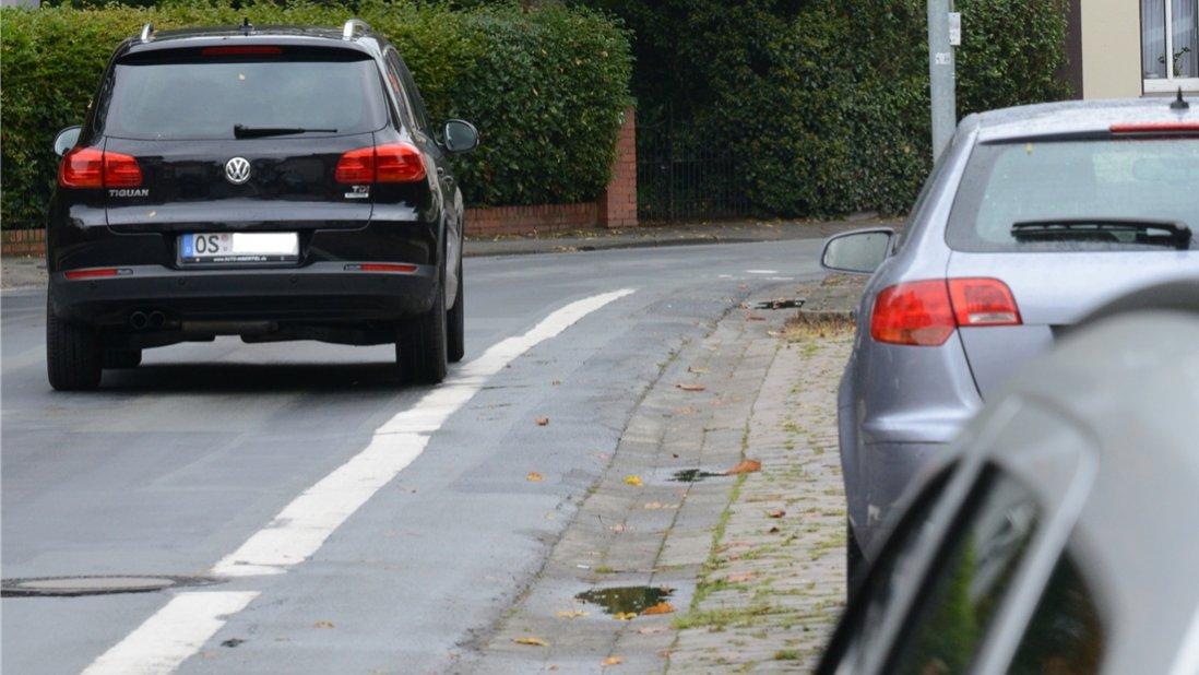 Für Radfahrer wird es auf beiden Seiten der Wilhelmstraße in Quakenbrück auch künftig einen mit weißer Farbe abmarkierten Radweg geben. Foto: Christian Geers