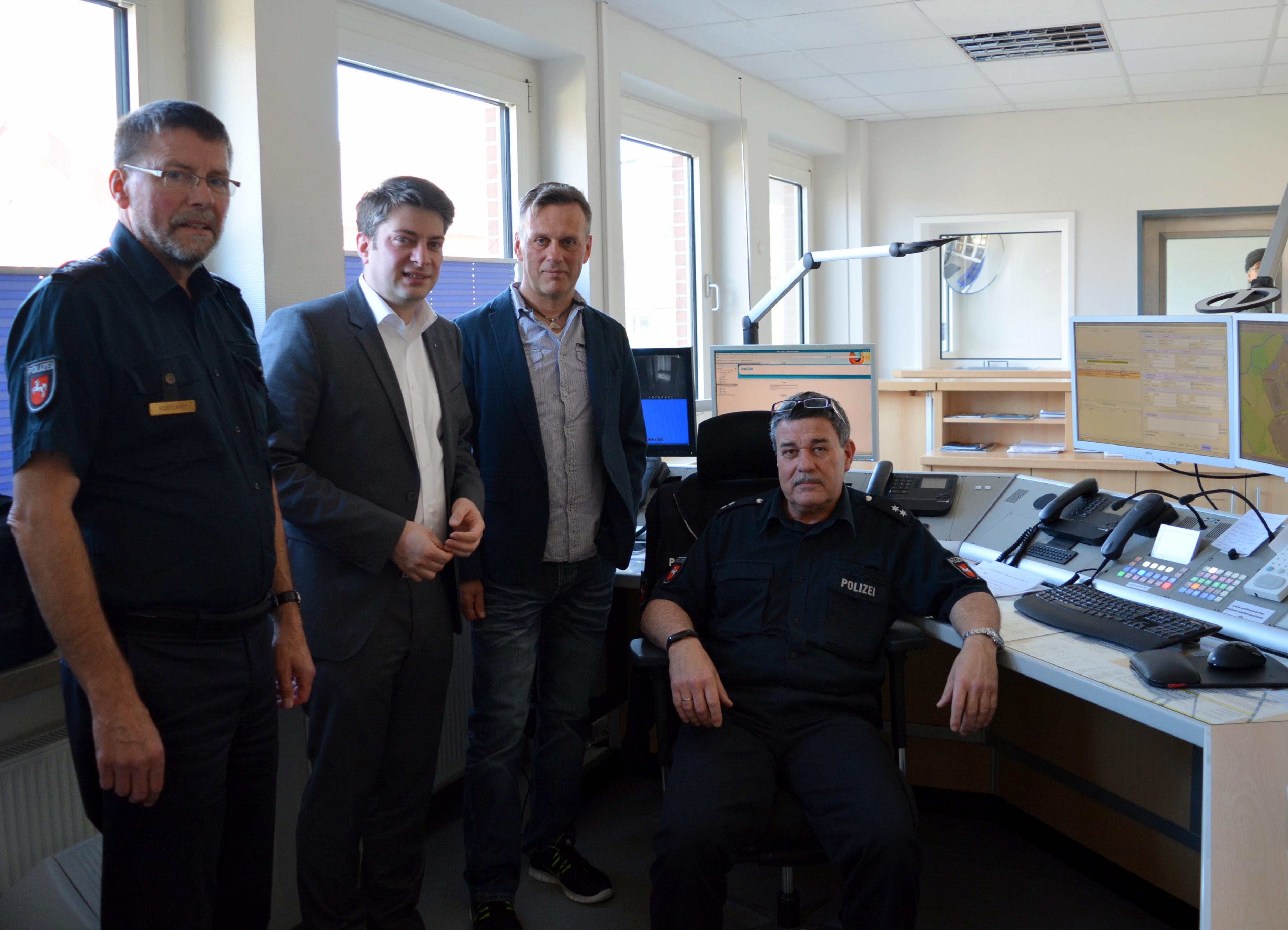 Information vor Ort: Auch die Wache des Polizeikommissariates Bersenbrück besuchte der Landtagsabgeordnete Christian Calderone (2. von links) zusam-men mit Hubert Kortland und Reinhold Hagen (von links) und schaute dabei Horst Buron über die Schulter.