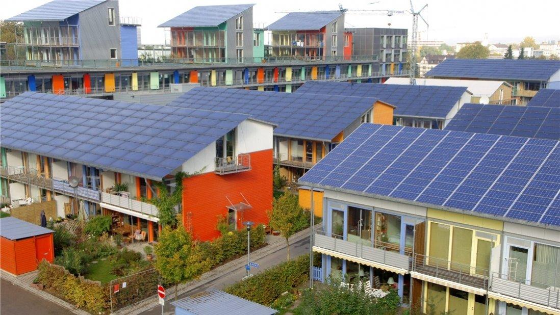 """Vorbild Freiburg: Dort entstand bereits vor mehr als zehn Jahren die Vorzeigesiedlung """"Solarsiedlung Schlierberg"""" mit mehr als 50 Plusenergiehäusern. Das Konzept der Solarsiedlung entwickelte der Freiburger Solararchitekt Disch. Foto: dpa/Archiv"""