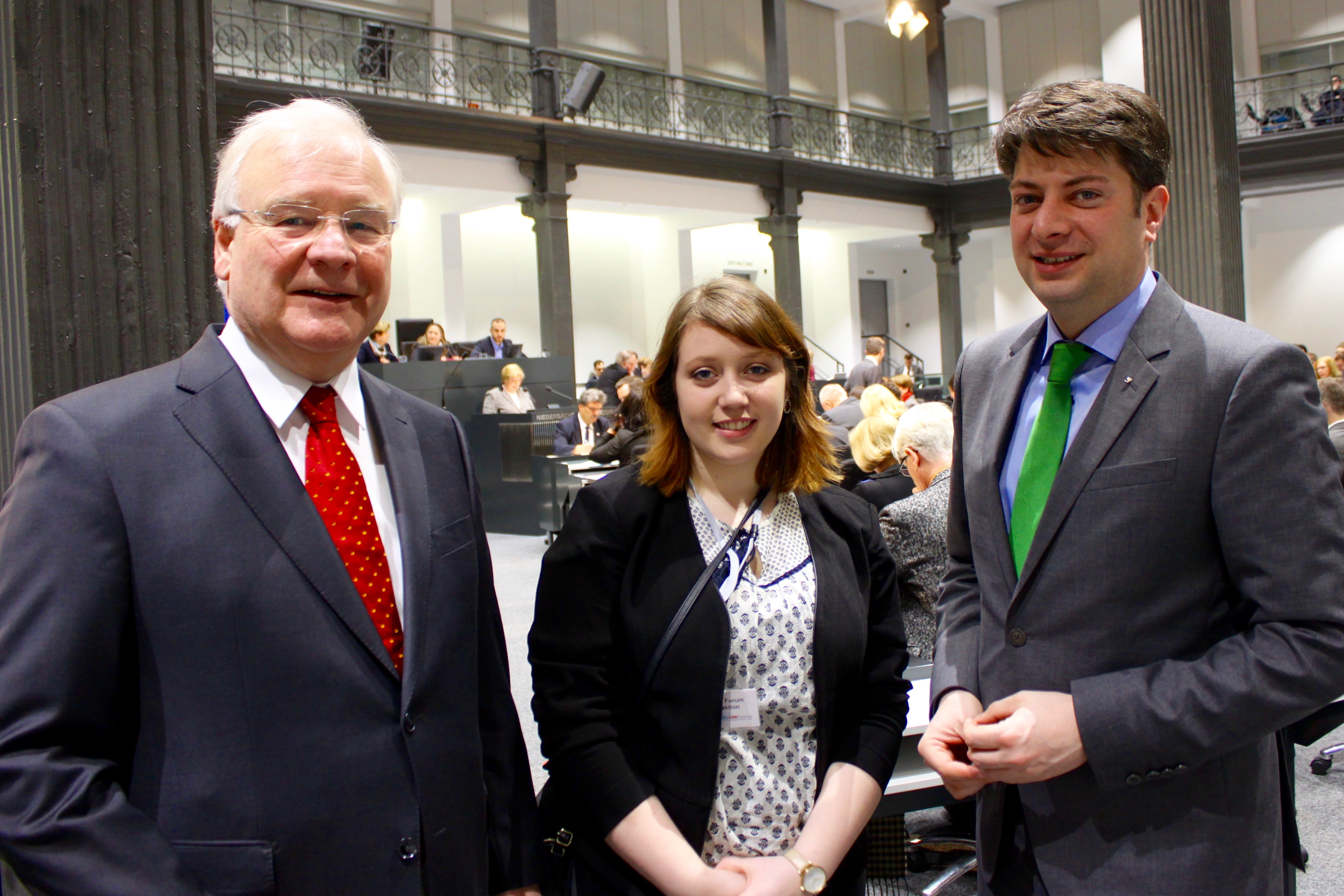 Besuch im Landtag, Foto mit dem Landtagspräsidenten: Auf Einladung von Christian Calderone (rechts) war Emily Davidson zu Gast im Landtag, wo sie von Bernd Busmann begrüßt wurde. Foto: Fredermann