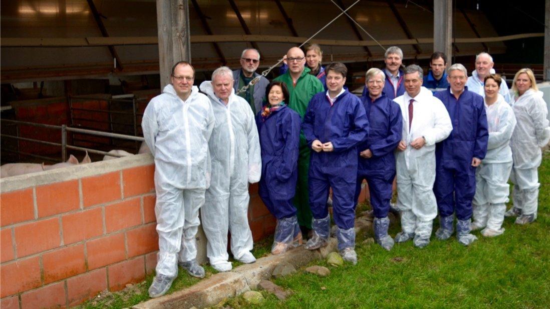 Informationen über die Offenstallhaltung von Schweinen erhielten Landtags- und Lokalpolitiker der CDU auf dem Hof Ahrens-Westerlage in Neuenkirchen. Foto: CDU/Anita Lennartz