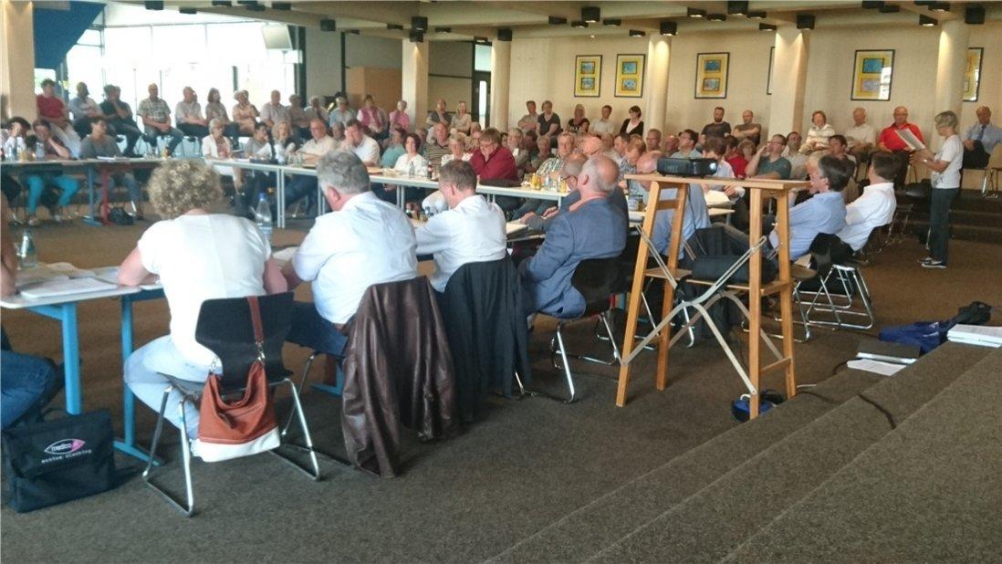 Etwa 100 Zuhörer verfolgten die Sitzung des Quakenbrücker Stadtrates am Montagabend, der wegen des Besucherandrangs vorsorglich in das Forum der Oberschule Artland ausgewichen war. Foto: Katharina Preuth