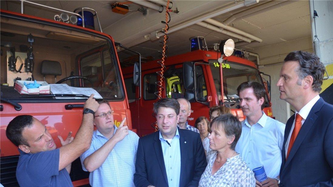 Stadtbrandmeister Amin Schnieder (links) erläuterte dem Staatssekretär Günter Krings (rechts) den Fahrzeugpark der Ortsfeuerwehr. Foto: Heiner Beinke