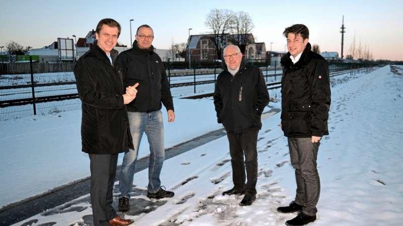 Termin vor Ort: Eine ebenerdige Bahnquerung ist Ziel von André Berghegger, Matthias Brüggemann, Hubert Schwertmann und Christian Calderone (von links). Foto: CDU