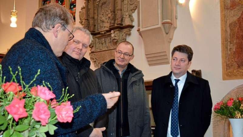 CDU-Landtagsfraktionschef Björn Thümler (Zweiter von links) warf in der renovierten St.-Sylvester-Kirche auch einen Blick in die historische Bonnus-Bibel. Mit dabei (von links): Pastor Wolfgang Thon-Breuker, Bürgermeister Matthias Brüggemann und Christian Calderone. Foto: CDU