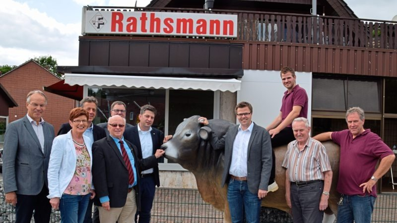 Den Familienbetrieb stellten (von rechts) Georg junior, Georg senior und Thomas Rathsmann den Gästen rund um den mächtigen Bullen aus Kunststoff vor.