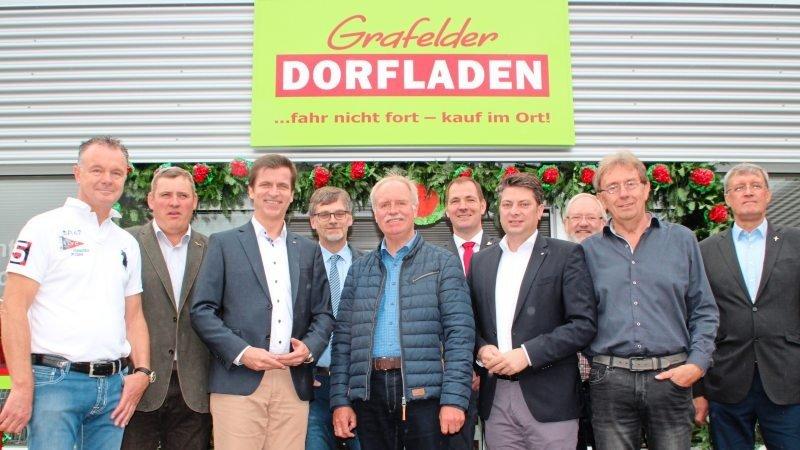 Mit geladenen Gästen feiert die Dorfladen-Genossenschaft die offizielle Eröffnung.