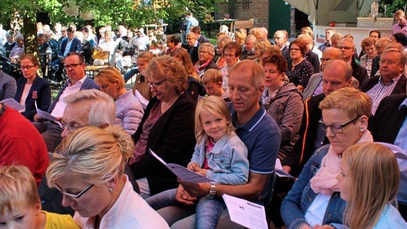 Mehr als 300 Gäste nahmen am Festgottesdienst teil.