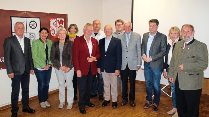 Der Vorstand um Franz Buitmann (Neunter von links, hier mit den Gästen des Kreisheimattages) führt weiter die Geschicke des Kreisheimatbundes Bersenbrück.
