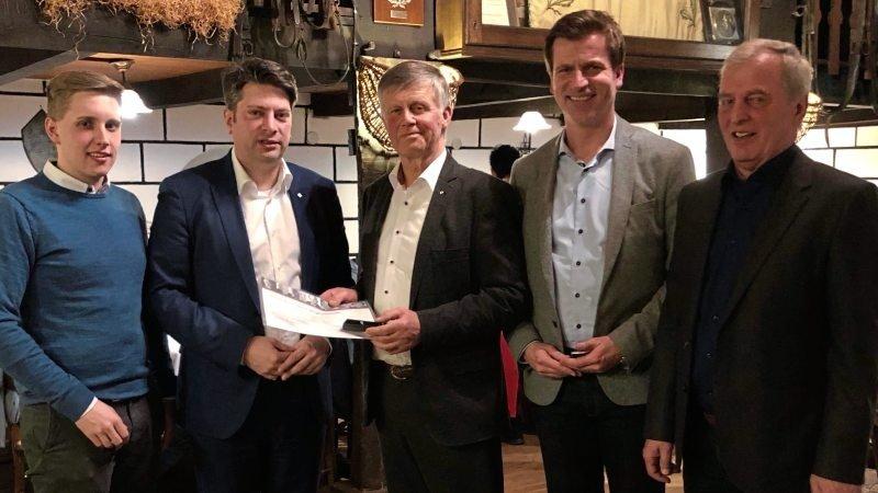 Beim Kohlessen ehrten Christian Calderone (Zweiter von links) und André Berghegger (Zweiter von rechts) den Nortruper CDU-Chef Leonhard Renze für 50-jährige Mitgliedschaft in der Partei. Mit dabei: die Nortruper CDU-Vorstandsmitglieder Nico Rechtien (links) und Helmut Brunneke.