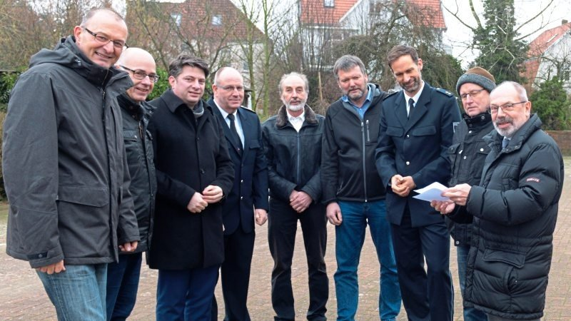 An Ort und Stelle erläuterten Bürgermeister Matthias Brüggemann (links) und Stadtdirektor Claus Peter Poppe (rechts) im Beisein der Ratsfraktionen und der Polizei die Pläne für den Umzug der Polizei in Quakenbrück.