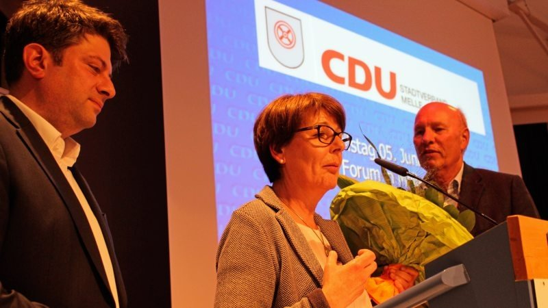 Mit stehenden Ovationen und rhythmischem Applaus wurde Gerda Hövel als Vorsitzende verabschiedet, hier vom Kreisvorsitzenden Christian Calderone (links) und ihrem Laudator Ernst-August Hoppenbrock.
