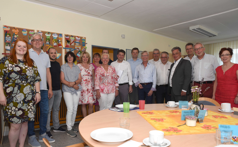 Rebecca Witte (links) stellte den CDU-Landtagsabgeordneten aus der Region und weiteren Gästen das Quartiersmanagement in Osnabrück-Voxtrup vor.