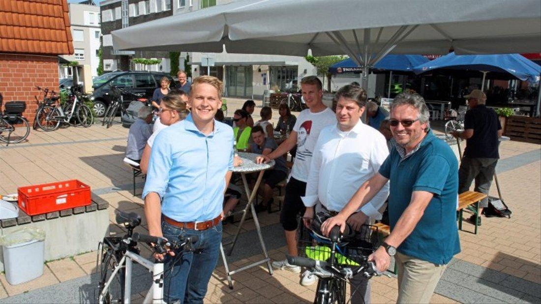 Auch der CDU Kreisvorsitzende Chrsitian Calderone - zwischen Jan Schulhof (l.) und Rolf Villmer (r.) - schaute nach der Sommerradtour der Belmer CDU beim Grillen am Marktring vorbei.
