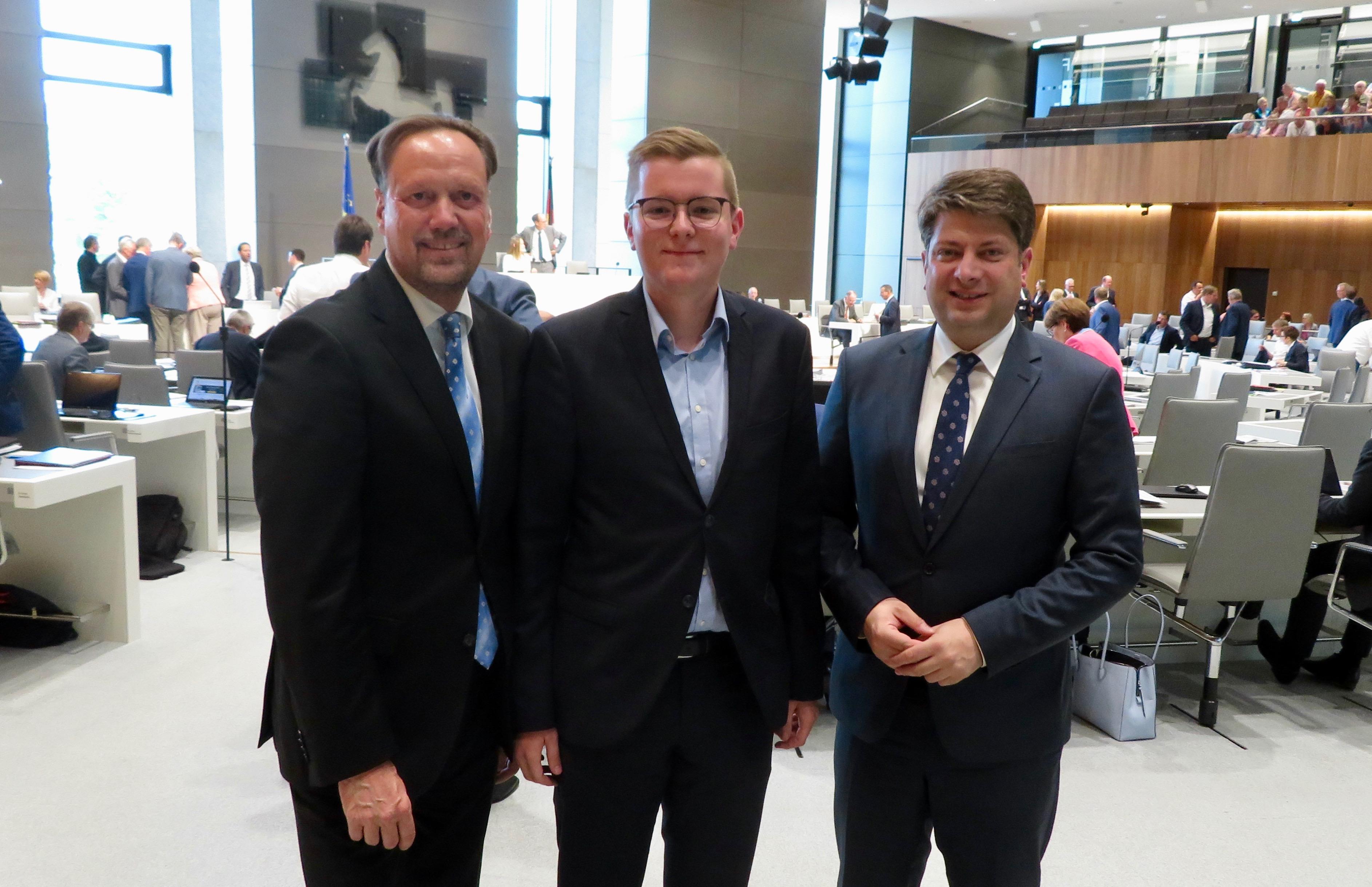 """Über die Teilnahme an der """"Talentschmiede"""" bei Christian Calderone (rechts) im Niedersächsischen Landtag: Tim Dorniak aus Dinklage, hier mit dem CDU-Fraktionsvorsitzenden Dirk Töpfer (links)."""