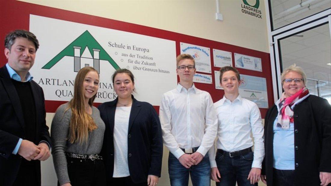 Besuch im Landtag bekommt Christian Calderone von den Online-Redakteuren Amreii Küpker, Asena Kilinc, Finn Schmutte und Dennis Elschen; rechts im Bild: Bernadette Barwig (AGQ).