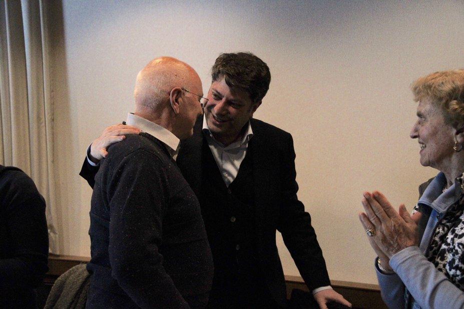 Freundschaftlich verbunden: Christian Calderone bedankt sich bei Bürgermeister Herbert Gans.