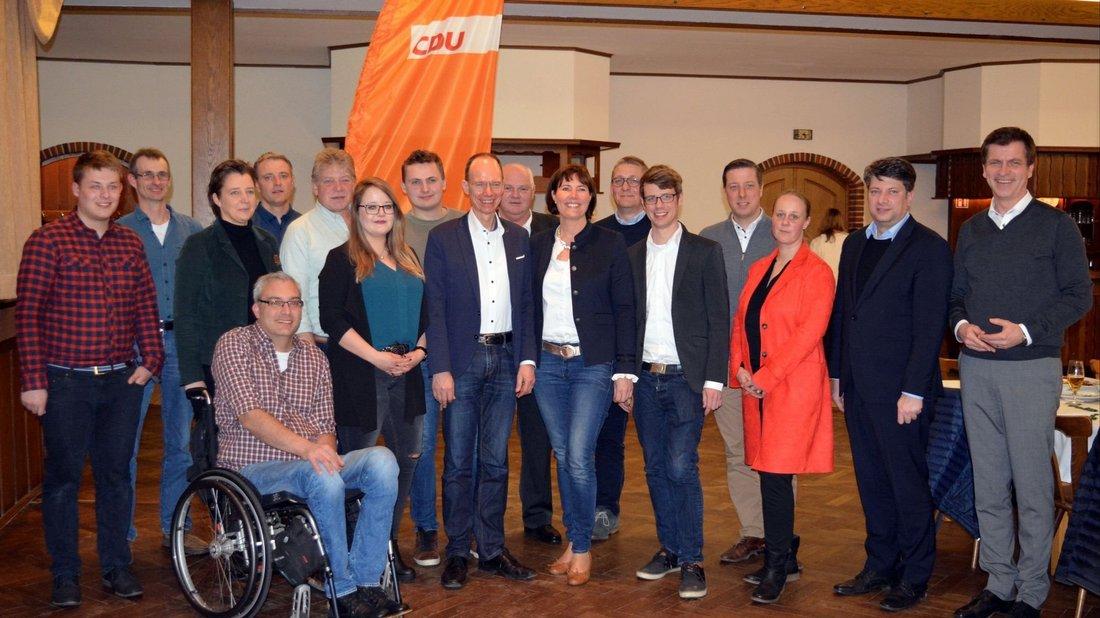 Neu gewählte und bestätigte Vorstandsmitglieder stellten sich gemeinsam mit Versammlungsleiterin Maren von der Heide, Bundestagsabgeordneten André Berghegger, Landtagsabgeordneten Christian Calderone und Landrat Michael Lübbersmann zum Foto .