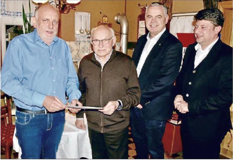 Dank für lange Treue: August Wüllner (2. von links) erhielt eine Urkunde. Ihm gratulierten (von links) Dr. Heinrich Brand, Dirk Lübbe und Christian Calderone.