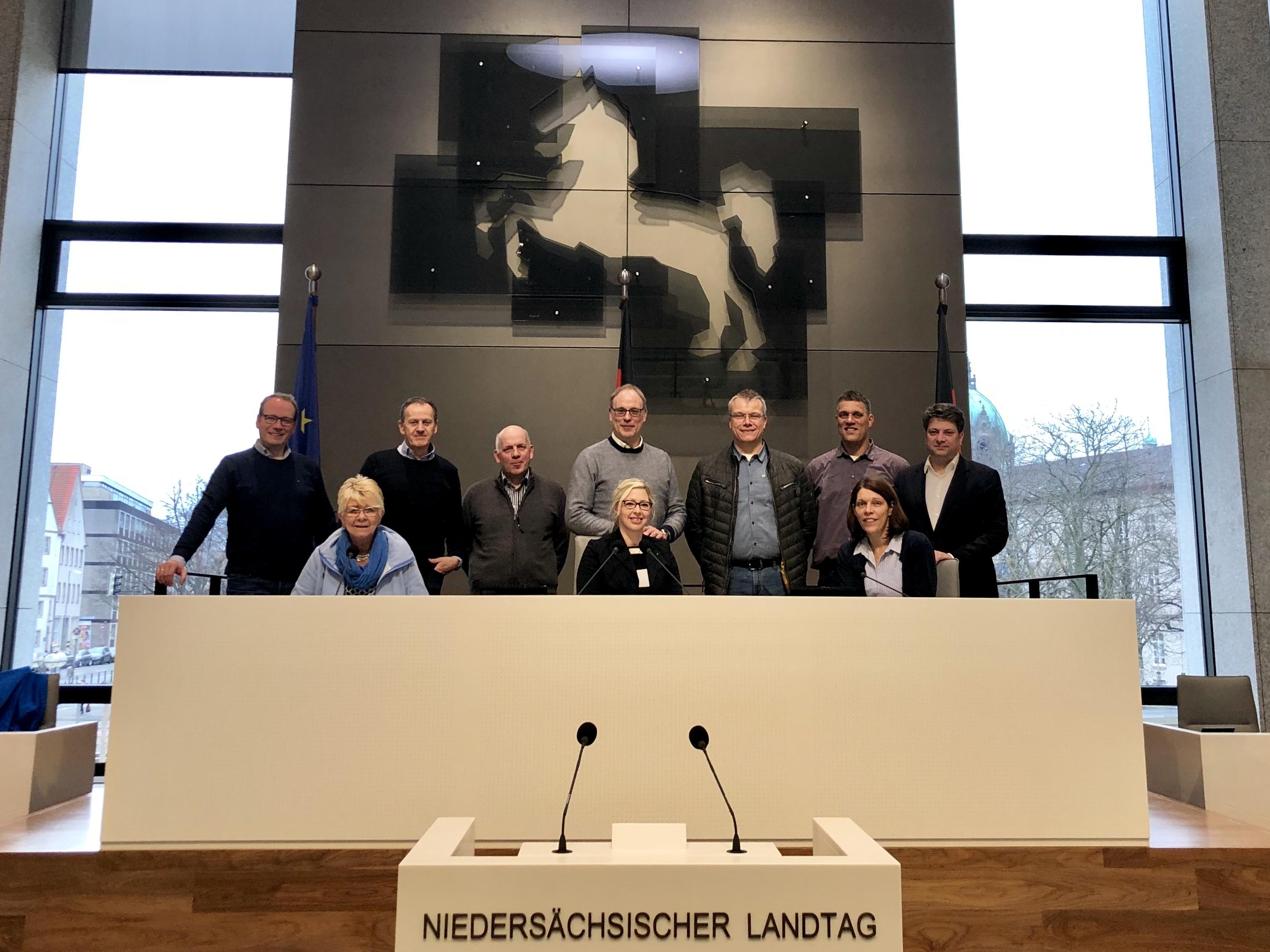 Gruppenfoto im Niedersächsischen Landtag: Christian Calderone empfing den Gemeinderat Eggermühlen im Landesparlament.