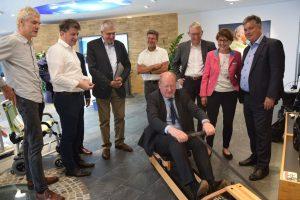 Immer im Takt: Finanzminister Reinhold Hilbers testete im RAS-Kundenzentrum seine Fitness auf dem Water Rower Rudergerät.
