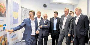 Über das neue Projekt informierte Christian Myland (links) die Gäste  im DIL, darunter auch Minister Bernd Althusmann (rechts).