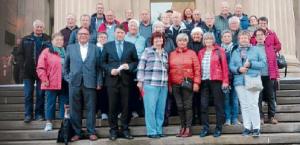 Freudige Gesichter: Die Glückauf Senioren mit dem Angeordneten Christian Calderone (ganz vorne, 2. von links) vor dem Landtagsgebäude.