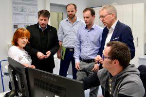 Information vor Ort über Forschungen im Bereich Mikroplastik: Christian Calderone (2. von links) und Martin Bäumer (rechts) informierten sich im DIL.